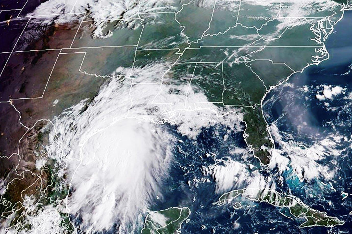 Furacão Nicholas ganha força e atinge o Texas com ventos de 120 km/h