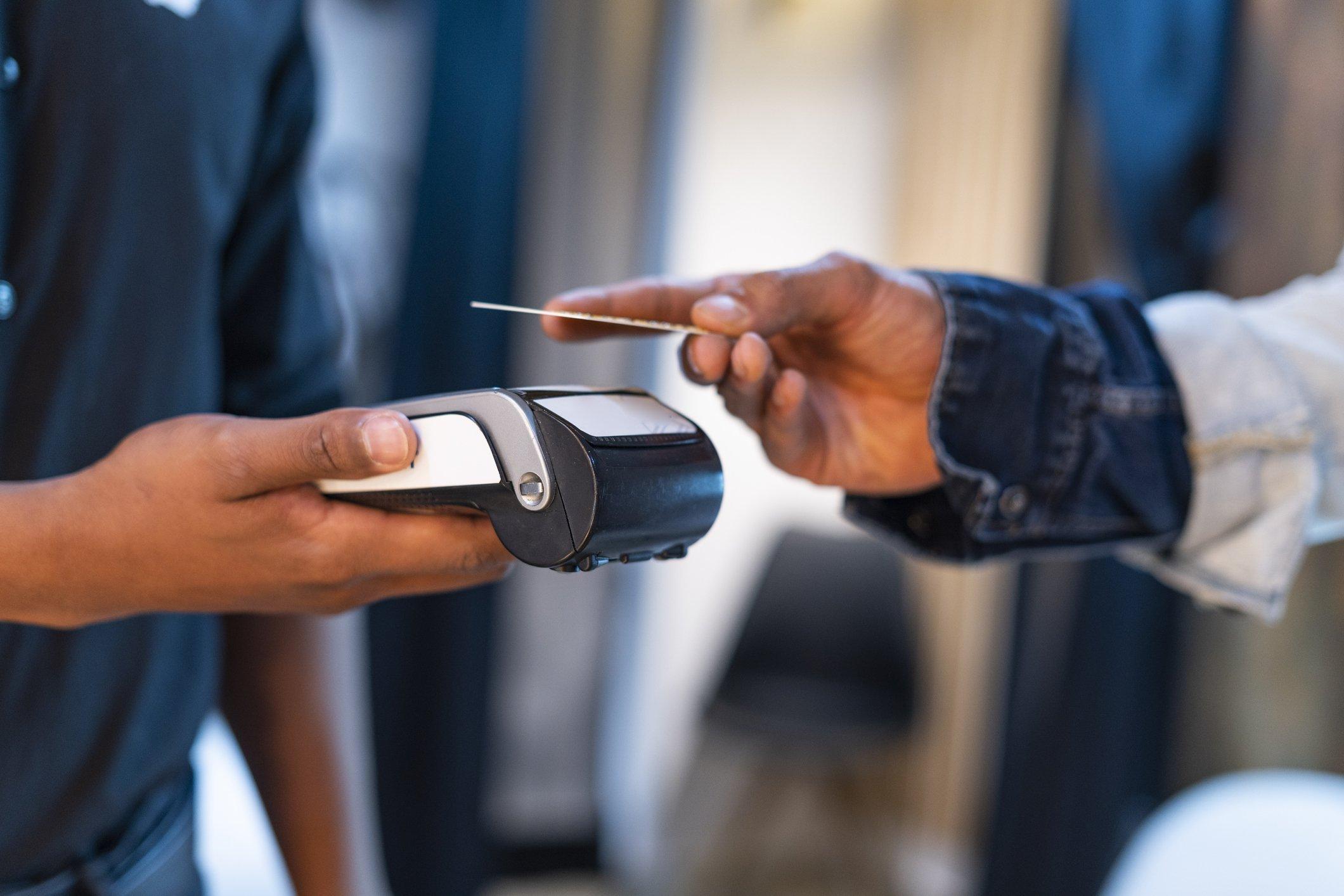 Crédito ou débito: qual a melhor opção na hora de pagar uma compra?