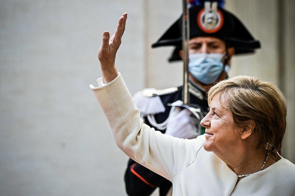 Merkel se despede de última cúpula da União Europeia com homenagens